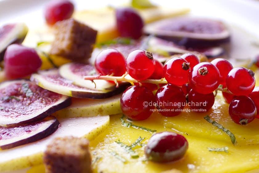 Salade de fruits frais, épices et croûtons de pain d'épices