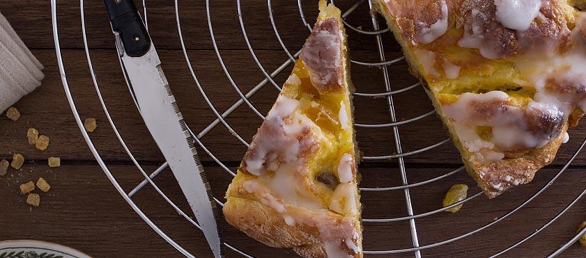 La brioche en escargot : crème pâtissière, raisin et orange confite