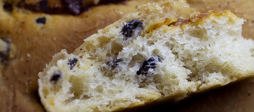 Focaccia, pain à l'huile d'olive, tomates confites, lard fumé et olives noires - Recette et photos par Cook'n Focus
