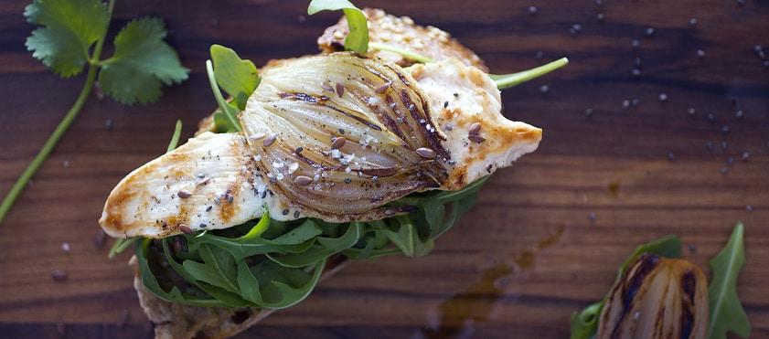Bruschetta au poulet, roquette et purée d'aubergine au cumin - Bruschetta chicken grilled, rocket salad and eggplant caviar - @DelphineGuichard